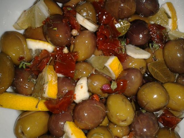 Mit Kräutern verfeinerte Oliven