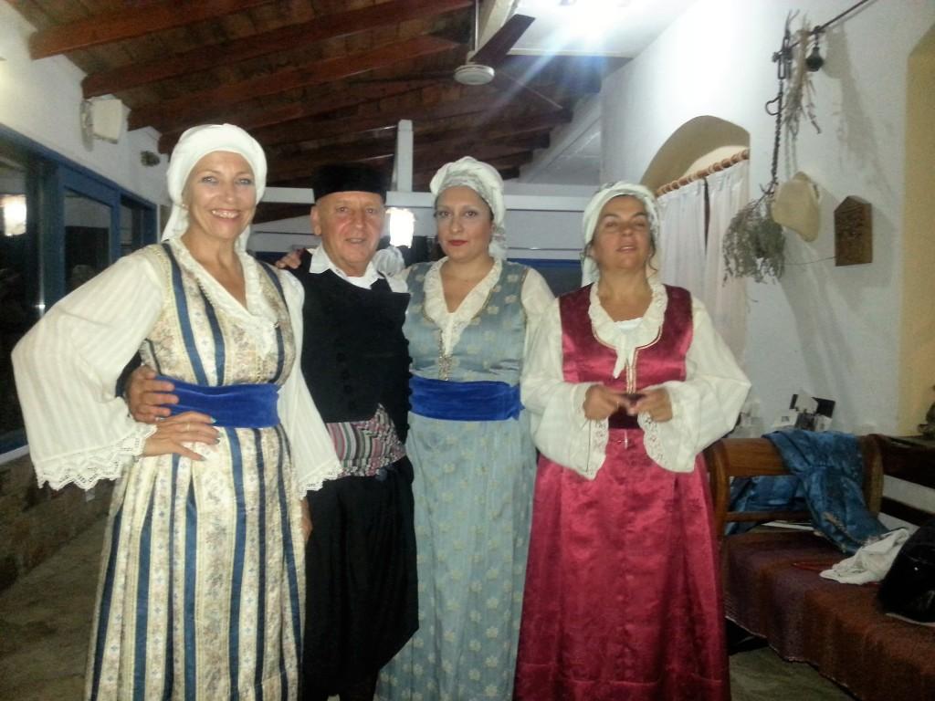 Ursula mit ihrer Tanzgruppe mit Kostümen