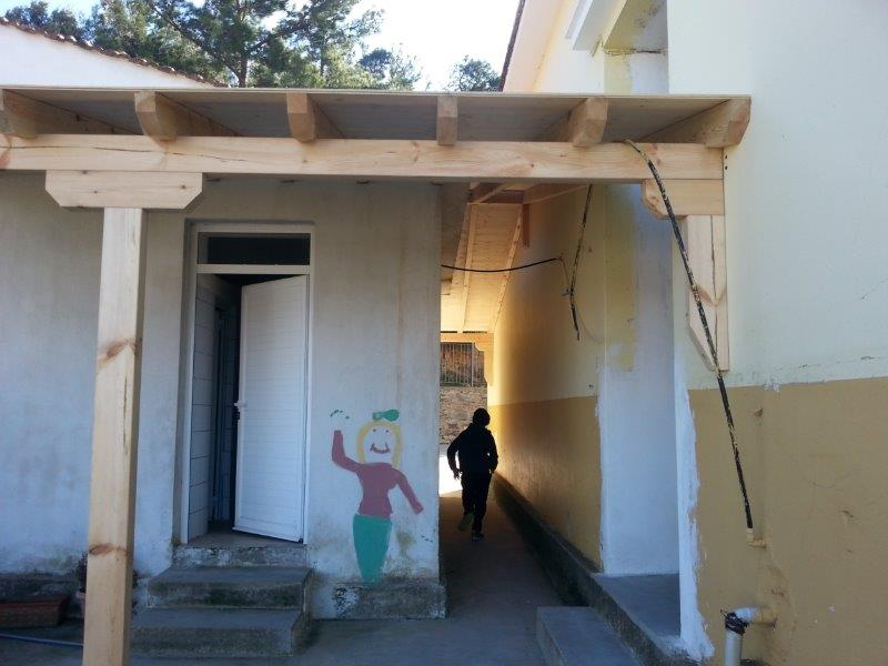 Jungenstoilette mit überdachtem Durchgang zur Mädchentoilette