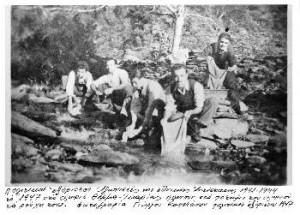 Blue Zones Ikaria Verbannte waschen 1947 in Therma ihre Kleider im Fluss, Foto G. Kapetanos erodotos.wordpress.com